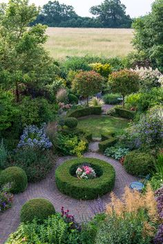 Rose Garden How perfect is this garden? Love the boxwoods, the flowering shrubs and ornamental grasses. Formal Gardens, Small Gardens, Outdoor Gardens, Beautiful Flowers Garden, Beautiful Gardens, Dream Garden, Garden Art, Parcs, Enchanted Garden