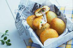 Le bombe di patate veloci sono uno snack irresistibile farcito con prosciutto cotto e scamorza, da servire caldo e filante per una serata in compagnia
