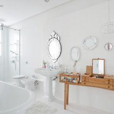 Banheiro retrô superdelicado, criação da arquiteta Consuelo Jorge @consuelojorge. Está na #revistaaec desse mês com mais um monte de dicas sobre o que faz diferença na hora de criar um ambiente de sonho. Louças e metais da Vallvé @vallve_banheiros. #arquitetura #banheiro
