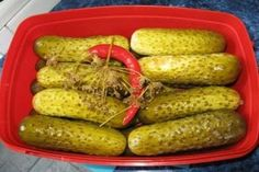 Cea mai delicioasa reteta de castraveti murati in saramura Romanian Food, Pickles, Cucumber, Vegetarian Recipes, Food And Drink, Canning, Vegetables, Health Foods, Vegetarische Rezepte