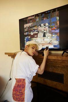 When the tv broke but you still want to take a photo. Seungkwan, Wonwoo, Jeonghan, Seventeen Woozi, Seventeen Debut, Kpop, Hip Hop, Lee Jihoon, 22 November