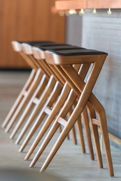 Marcia banco alto stool sossego - Counter Stools - Ideas of Counter Stools Pallet Bar Stools, Wooden Bar Stools, Leather Bar Stools, Wooden Stool Designs, Chair Design, Furniture Design, Cafe Furniture, Plywood Furniture, Design Design