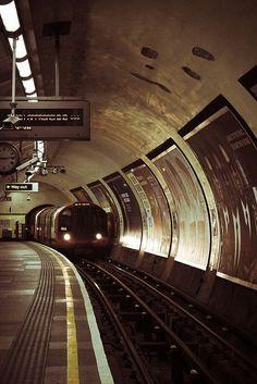 Transport for London Underground - Northern Line London Underground Train, London Underground Stations, Ouvrages D'art, Metro Subway, U Bahn, London Transport, Metro Station, London Life, Old London