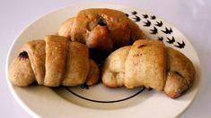 Ricetta per realizzare dei cornetti integrali con esubero di pasta madre per la colazione, approfittando dei farine in dispensa: farro bio e integrale