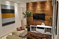 """A mesa de centro """"Barata"""", em madeira e vidro foi escolhida para a composição do ambiente de estar e é produção da Maria Jovem. O projeto de interiores é assinado pelo arquiteto Flavio Castro"""