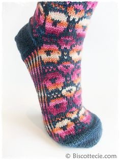 Ravelry: Biscottes Sheeps - Les moutons de Biscotte pattern by Louise Robert...a perfect sock for the fiber enthusiast!