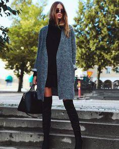 Look com vestido preto+overcoat cinza+ bota over the knee.