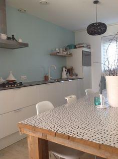 Strakke keuken met leuk kleur accent op de muur.  Styling&Trends voor inspiratie, interieuradvies, verkoopstyling en interieurfotografie. www.stylingentrends.nl of www.facebook.nl/stylingentrends