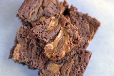 If you want something sweet and delicious, but not too unhealthy - give these mouthwateringly good raw peanut butter brownies a red-hot go! Raw Peanut Butter, Peanut Butter Brownies, Chocolate Peanut Butter, Brownie Delivery, Cookie Delivery, Raw Brownies, Protein Brownies, Chocolate Swirl, Chocolate Protein