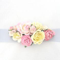 Bælte med blomsterpynt i lyserød, hvid, creme og gul
