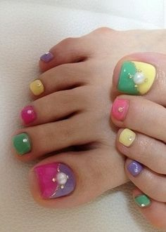Cute colorful pedicure idea