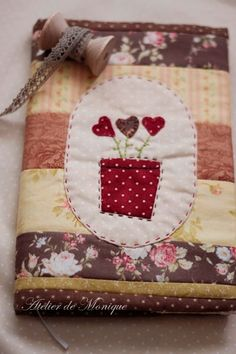 ideas for embroidered book cover Small Sewing Projects, Sewing Crafts, Notebook Covers, Journal Covers, Mug Rug Patterns, Crazy Patchwork, Shabby Chic Crafts, Fabric Journals, Needle Book