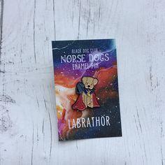 Les épingles d'émail de chiens nordique font partie de la collaboration de Black Dog Club Cutie fête et exceptionnellement ordinaire. Inspiré par nos chiens orain et Loki et les animaux de compagnie rôle joue dans notre vie de super-héros de tous les jours. Loki mesure 42mm de haut