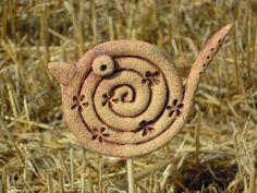 PTÁČKU, kde bydlíš? Tento malý keramický ptáček vznikl v mé mini dílničce a nyní hledá, kde se uhnízdí. Ptáček je vyroben z keramické hmoty světlé s ostřivem, následně je oxidován a pálen na 1 100C. Dekorován je mini razítkem ve tvaru kytičky. Ptáček je možné použit jako zápich nebo má ouško či dírku na zavěšení - dle toho co si vyberete. ZÁPICH - 1ks ... Ceramics Projects, Clay Projects, Clay Crafts, Pottery Handbuilding, Raku Pottery, Clay Birds, Ceramic Birds, Kids Clay, Coil Pots