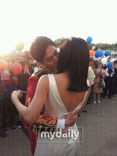 A picture of Lee Seung Gi kissing Ha Ji Won makes fans jealous #allkpop #kpop