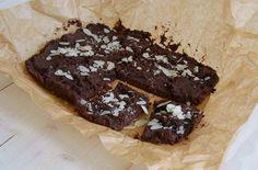 Op zoek naar een recept voor gezonde brownies? Deze met zoete aardappels, dadels, rauwe cacao en amandelmeel zijn heerlijk zoet en klef, zoals een brownie hoort te zijn.