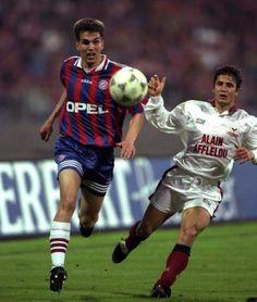 El defensa del Bayern de Munich Thomas Helmer (izquierda) protege el balón ante la presencia del jugador del Girondins de Burdeos Bixente Lizarazu (derecha)