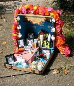 Dia de los Muertos/Day of the Dead~Suitcase altar Day Of The Dead Diy, School Projects, Projects To Try, Spanish Projects, Holiday Day, Altered Boxes, Thinking Day, Home And Deco, Samhain