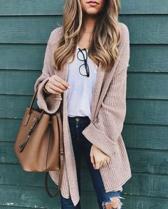 Oversized sweater, t-shirt, skinny jeans. Fall/Winter Casual Friday Office Outfit