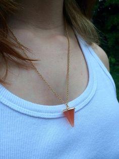 R$21,90 - CL Acessórios - Colar em corrente de metal dourado com pingente geométrico em laranja. Minimalista, Simples, Pequeno e lindo!