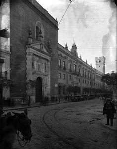 Su construcción se inició en 1565 y terminó en 1579; uno de sus elementos destacables es su portada, en los laterales se encuentran dos imágenes del s. XVII que representan a San Rafael y a San José.   https://es.foursquare.com/item/52a4eaca11d29342733556b4