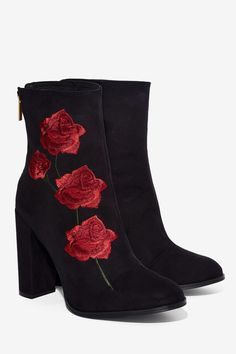 de4dgal:   embroidered roses on suede boots / ✨Sofia Bews✨