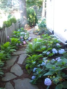 A beautiful DIY landscaping path. perfect for a side yard A beautiful DIY landscaping path. perfect for a side yard Diy Jardin, Unique Garden, Small Natural Garden Ideas, Easy Garden, Design Jardin, Small Backyard Landscaping, Mulch Landscaping, Landscaping Software, Natural Landscaping