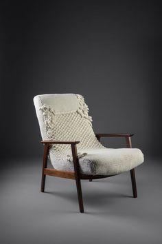 Poltrona marca Gelli, anos 60 em madeira de lei. Estofado tricotado à mão em aproximadamente 40h de trabalho. Aplicações em Crochet.  http://www.reginamisk.com.br https://www.facebook.com/inventivebureau