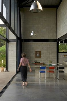 'casa galpao' by marcos franchini in brazil combines steel framing and exposed concrete Concrete Block Walls, Concrete Houses, Steel Frame House, Steel House, Conservatory Kitchen, Steel Trusses, Exposed Concrete, Shed Homes, Steel Structure