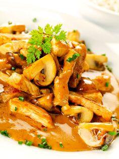 Sliced mushrooms - Gli Straccetti ai funghi sono una ricettina gustosa che vede protagonisti il petto di pollo, i funghi champignons e gli aromi. Semplice e veloce! #straccettiaifunghi Italian Dishes, Italian Recipes, Pollo Chicken, Snacks, Food Illustrations, Antipasto, Meat Recipes, Food Hacks, Good Food