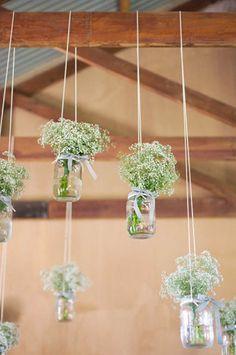 Decorar con ramos de flores colgados en frascos de vidrio