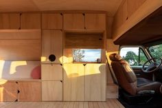 Service functions were incorporated into the long sides of the vehicle, behind the front seats. Mobile Living, Mobile Home, Best Architects, Kitchen Benches, Living Environment, Design Strategy, House On Wheels, Plywood Furniture, Interior Walls