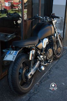 A garage for special motorcycles and cafe racers Suzuki Cafe Racer, Inazuma Cafe Racer, Cafe Racer Motorcycle, Cafe Racers, Suzuki Gsx 750, Xjr 1300, Custom Trikes, Bmw K100, Vw Cars
