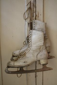 I have a pair of old ice skates. never thought of hanging them in a room. Very pretty idea Vintage Love, Vintage Shoes, Retro Vintage, Shabby Vintage, Ice Skating, Figure Skating, Skating Party, Manequin, Winter Magic