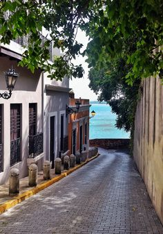This is at Calle Sol in Old San Juan, Puerto Rico. Spanish colonial residential streets in this beautiful Caribbean paradise island. Puerto Rico Usa, Puerto Rico Trip, Puerto Rico History, Porto Rico San Juan, San Juan Puerto Rico, Beautiful Islands, Beautiful Places, Jamaica, Puerto Rican Christmas