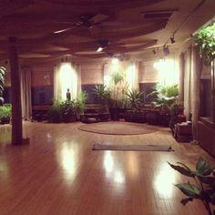 Nice plant room, though it is actually a yoga studio. Nice plant room, though it is actually a yoga studio. Yoga Studio Design, Yoga Studio Home, Yoga At Home, Pilates Studio, Yoga Studio Decor, Yoga Room Design, Bohemian House, Bohemian Studio, Feng Shui