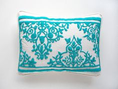 Pillow embroidered by one colour Mexican Embroidery, Hand Work Embroidery, Hand Embroidery Designs, Embroidery Patterns, Embroidery Dress, Cross Stitching, Cross Stitch Embroidery, Bordados E Cia, Fabric Painting
