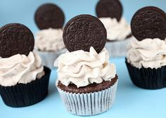 Oreo Cupcakes by Bakerella. I think these might make good cupcakes for Landons Birthday. He loves Cookies and Cream Ice Cream. Cookies And Creme Cupcakes, Oreo Cookie Cupcakes, Fun Cupcakes, Cookies And Cream, Vanilla Cupcakes, Mocha Cupcakes, Gourmet Cupcakes, Strawberry Cupcakes, Velvet Cupcakes