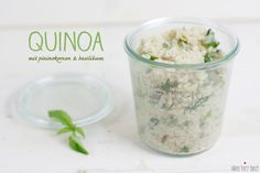 heute gibt´s ein easy peasy quinoa gericht, das trotz weniger zutaten absolut überzeugen kann. ich mag gutes essen und koche sehr gerne, doch gerade in der woche sollte es schon unkompliziert sein. dieses rezept zeigt mal wieder, daß eine gute mahlzeit genau so schnell wie eine fertigpizza auf dem tisch stehen kann. und das ohneWeiterlesen