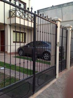 Modelo de porton de entrada a la casa patio y entrada for Colonial fence designs