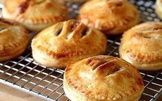 Gesalzene Karamell-Apfel-Torten – Cheesecakes, tarts, sweet pies… – - Tutorial For Salted Caramel Apple Pie, Caramel Apple Cheesecake, Caramel Apples, Apple Hand Pies, Mini Desserts, Just Desserts, Dessert Recipes, Mini Fruit Tarts, Mini Pies