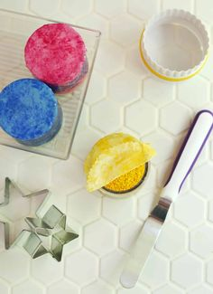 DIY Beeswax Wrap Toppers - A Beautiful Mess Homemade Furniture, Homemade Home Decor, Diy Beeswax Wrap, Easy Crafts, Diy And Crafts, Small Pantry, Pinking Shears, Beautiful Mess, Craft Party
