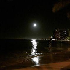 Instagram【yuu_morikawa_】さんの写真をピンしています。 《・ ホノルル最後の夜 ふとビーチ沿いに行くと、月明かりがパッと照らしてくれてた。 誰もいないビーチで贅沢な景色を独り占め♪ またココに来れるように頑張らないとね。 ・ ・・ #ホノルル #ハワイ #hawaii #honolulu #mahalo #waikiki #beach #moon #night #moonlight #月明かり #独り占め #夜景 #また来れるように》