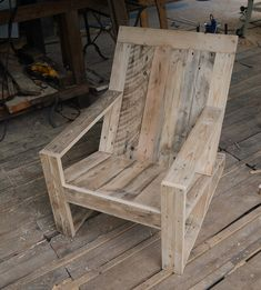 Pallet Designs This Adirondack Chair Will Give You a Comfortable Place to Relax Without Breaking The Bank - Page A tutorial on how to build your DIY Adirondack chair made from pallets. Outdoor Furniture Plans, Wooden Pallet Furniture, Home Decor Furniture, Rustic Furniture, Wood Pallets, Furniture Ideas, Pallet Furniture Designs, Recycled Pallets, Furniture Online