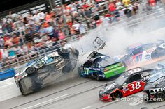 Choque de Ricky Stenhouse Jr., Roush Fenway Racing Ford, Kevin Harvick, Stewart-Haas Racing Chevrolet