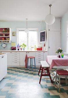 Doesn't that floor remind you of your grandmother's kitchen?! DIY with Marmoleum Click tiles!!