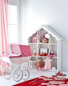 Dormitorio de niña con el Cochecito de muñecas clásico de Silver Cross