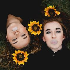 Shreveport photographer, senior picture ideas, senior picture with best friend, best friend photo shoot ideas, bubble gum, sunflowers, portrait photography