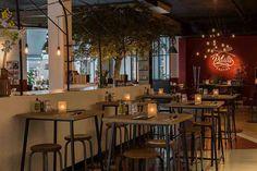 De bar met hoge tafels voor een snelle lunch of heerlijke pasta in de avond.