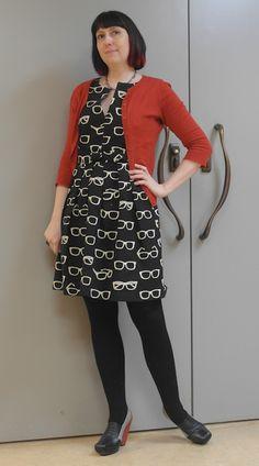 Love the glasses print dress! via The Fashionable Bureaucrat: Avec mes lunettes